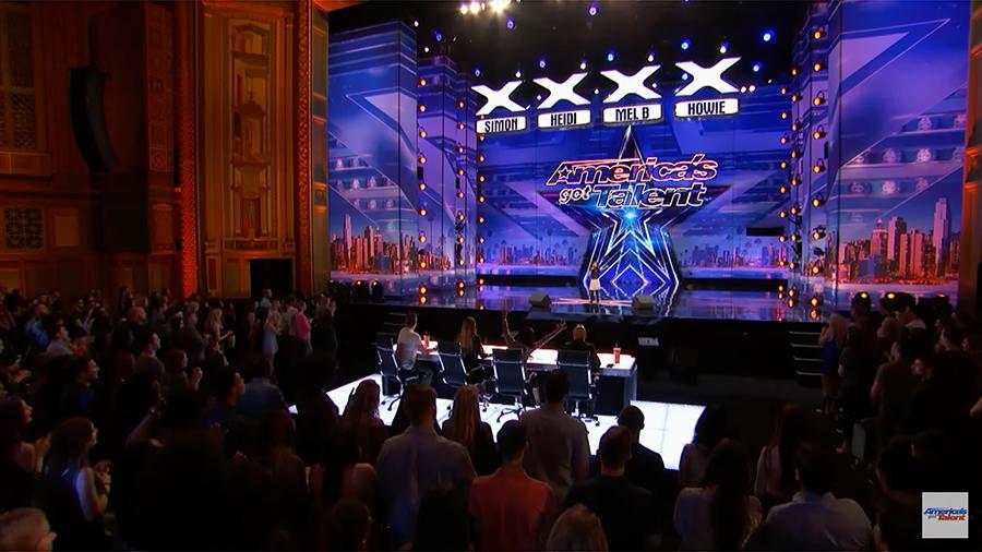 全場眾多觀眾和多位評判都站起來,報以熱烈的掌聲。(視像擷圖)