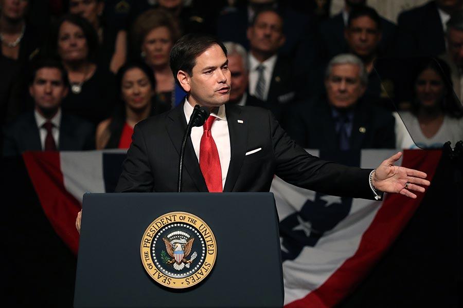 美國總統特朗普16日在佛州邁阿密宣佈了對古巴新政策。在演講集會上,國會參議員魯比奧(圖)表示,特朗普總統當選後,信守承諾,為助古巴人民擺脫獨裁政府、獲得民主與自由,一直在努力。(Joe Raedle/Getty Images)