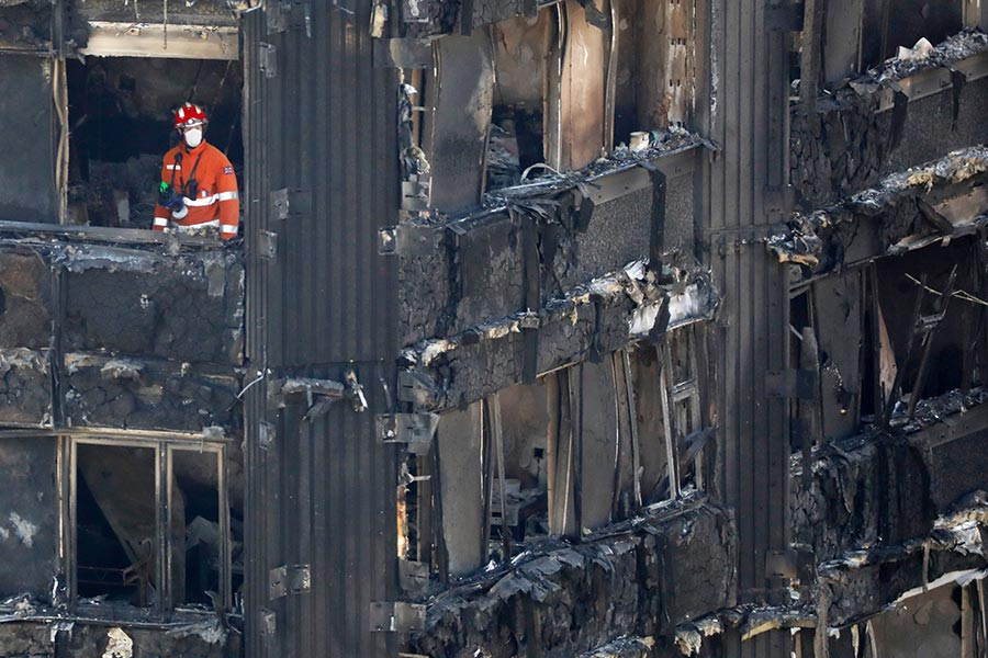 英國警方周六(6月17日)表示,倫敦的格倫費爾大廈(Grenfell Tower)大火恐怕已經造成至少58人死亡。(TOLGA AKMEN/AFP/Getty Images)