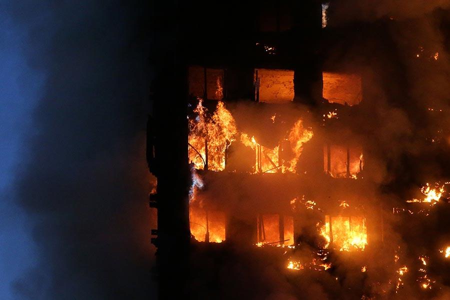 6月14日倫敦大火中喪生者人數上升到30人,另有數十名失蹤者幾無生還可能。(DANIEL LEAL-OLIVAS/AFP/Getty Images)