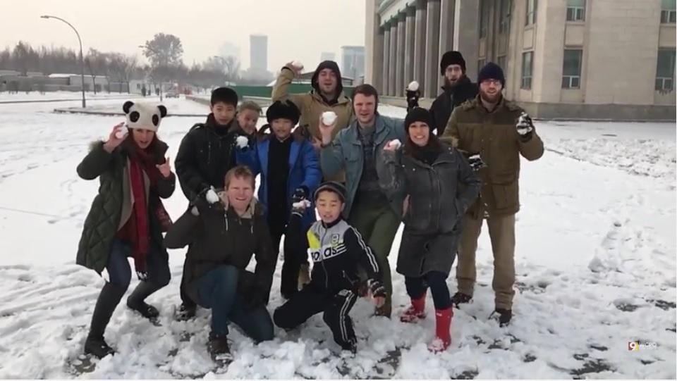 美國大學生奧托・溫貝爾(Otto Warmbier,右四)2015年底到北韓旅行,和同伴快樂地丟雪球。(YouTube視像擷圖)