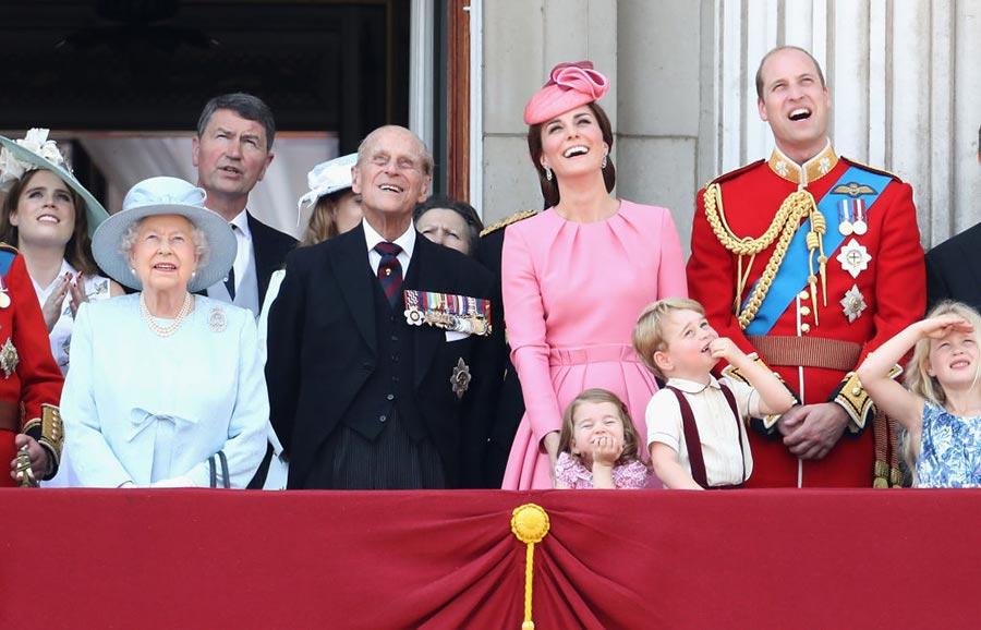喬治王子和夏洛特公主在白金漢宮陽台上觀看皇家空軍飛行表演。(Chris Jackson/Getty Images)