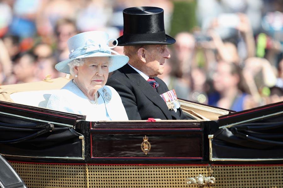 英女皇和愛丁堡公爵在遊行隊伍中。(Chris Jackson/Getty Images)