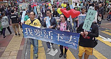 過百名市民手持氣球及標語,由旺角行人專用區遊行到尖沙咀柏麗大道。(潘在殊/大紀元)