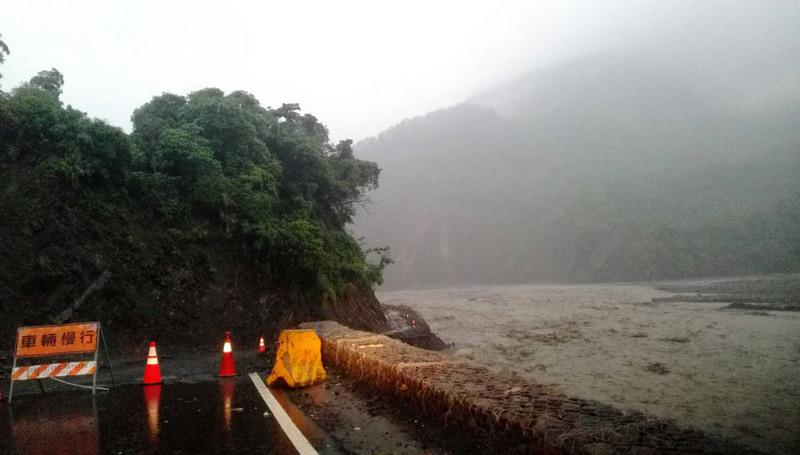 台灣大雨持續至21日 近兩萬國軍待命救災