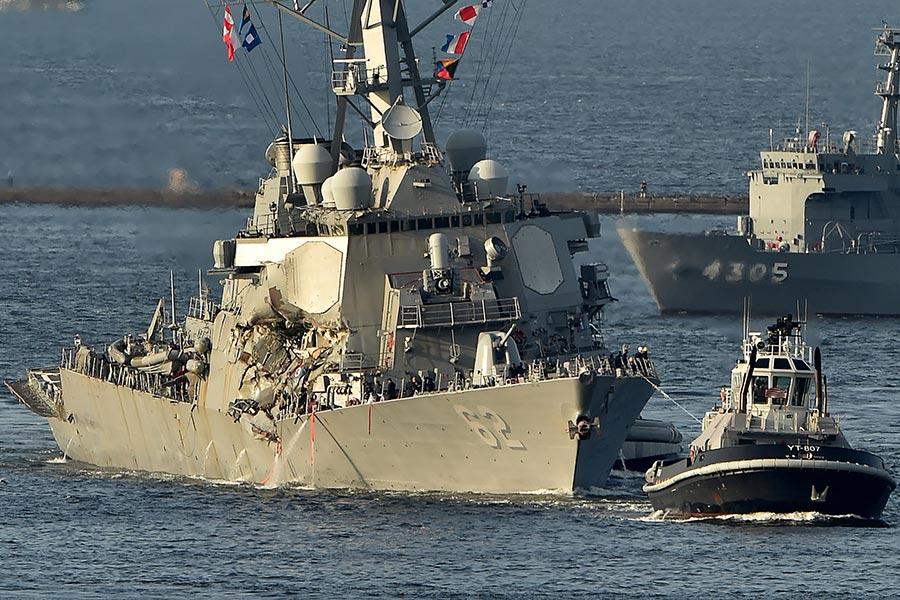 美國海軍第七艦隊周日(6月17日)表示,美國海軍菲茲傑拉德(USS Fitzgerald)周六與菲律賓一艘集裝箱船相撞,7名美軍水手失蹤屍體被發現。(KAZUHIRO NOGI/AFP/Getty Images)