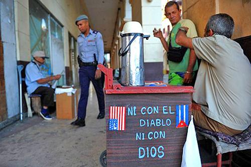 特朗普政府新古巴政策,將限制美國與古巴軍事和情報部門企業實體的商業往來及限制美國民眾前往古巴旅行。圖為2017年1月19日哈瓦那街上一名小販在賣咖啡。(AFP PHOTO / YAMIL LAGE)