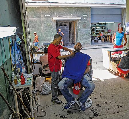 2017年5月18日,古巴首都哈瓦一家簡陋的理髮店。(YAMIL LAGE/AFP/Getty Images)
