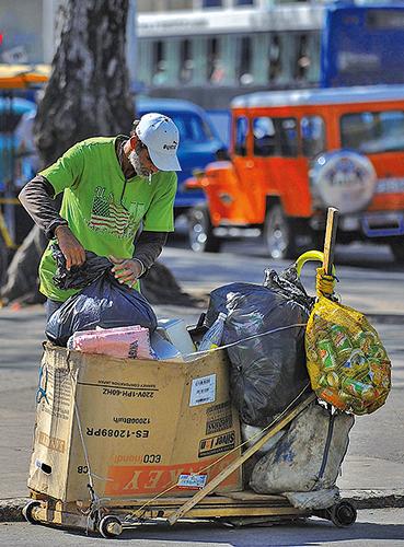 哈瓦那街頭一名拾荒者。(YAMIL LAGE/AFP/Getty Images)