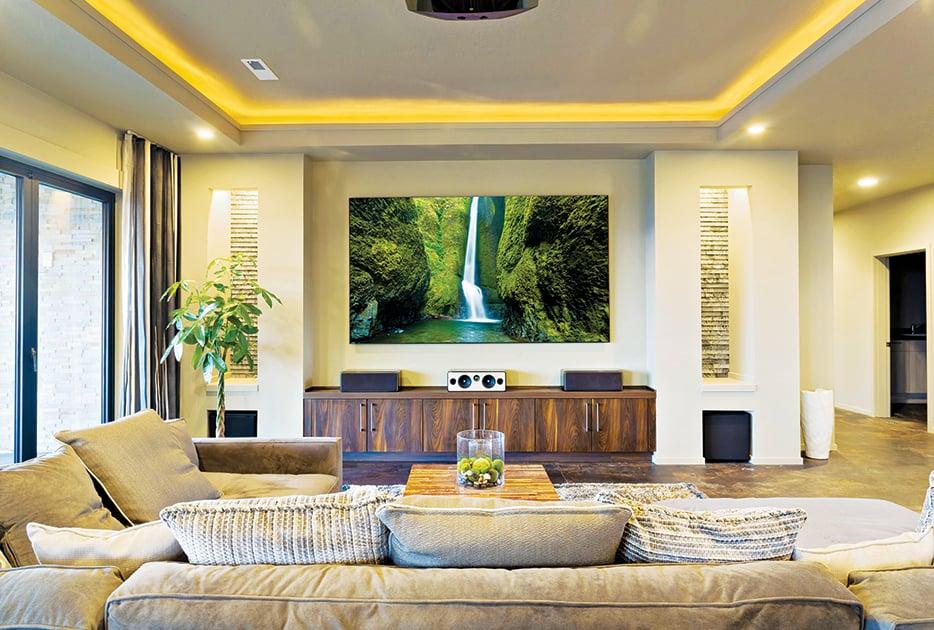 利用大屏幕電視做視覺焦點的客廳。