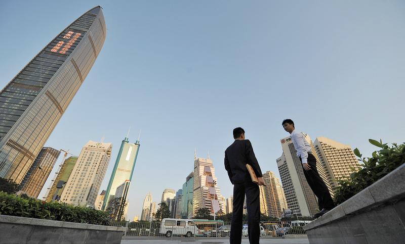 去年以來,深圳房價一路飆漲,目前已經處於高位,近期又因市場傳言樓市政策將收緊,業主為快速回收資金,開始降價求售,下調空間約在10%至15%。(AFP)