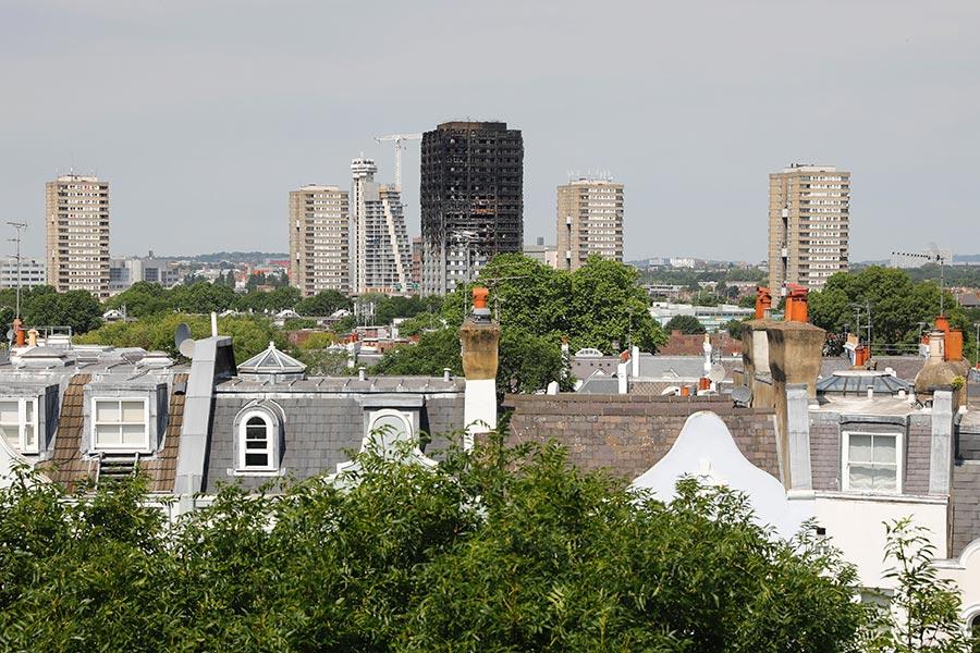 在周三(6月14日)可怕的大火吞噬倫敦一棟高樓之後,警方說至少58人被認定死亡。該樓宇的居民要求當局提供答案。(TOLGA AKMEN/AFP/Getty Images)