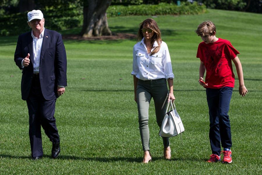 6月18日,美國總統特朗普從大衛營返回白宮,他頭戴白帽,上面標有「讓美國再次偉大」的字樣。(Zach Gibson/Getty Images)