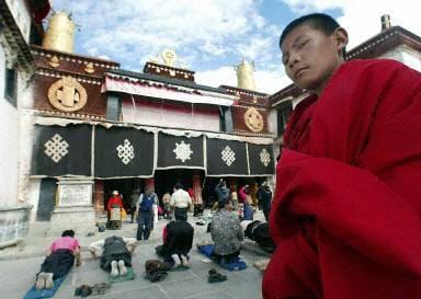 從西藏大昭寺廣場進入八廓街必須通過安檢。(法新社)