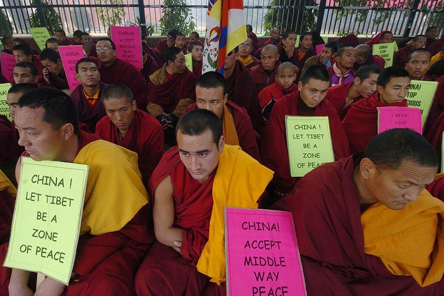 圖為2005年12月底印度新德里的藏人喇嘛靜坐抗議當時中共拘押數名西藏喇嘛。(AFP/Getty Images)