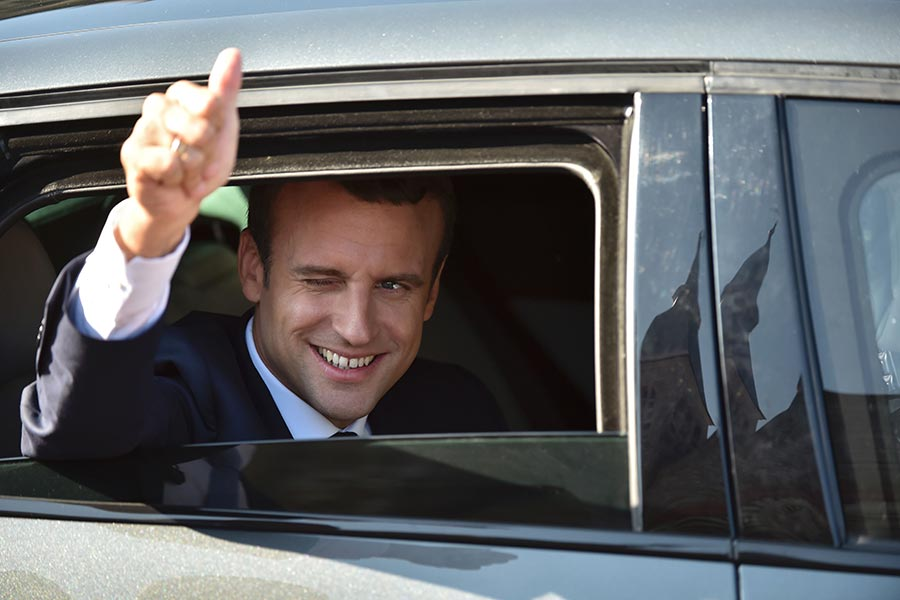 法國國民議會選舉第二輪投票星期日結束,總統馬克龍的新黨「共和國前進」獲得大勝,初步結果顯示贏得了國民議會577個席位中的355個議席。圖為法國總統馬克龍在6月18日國會大選中前往票站投票後,登上坐駕準備離開。(PHILIPPE HUGUEN/AFP/Getty Images)