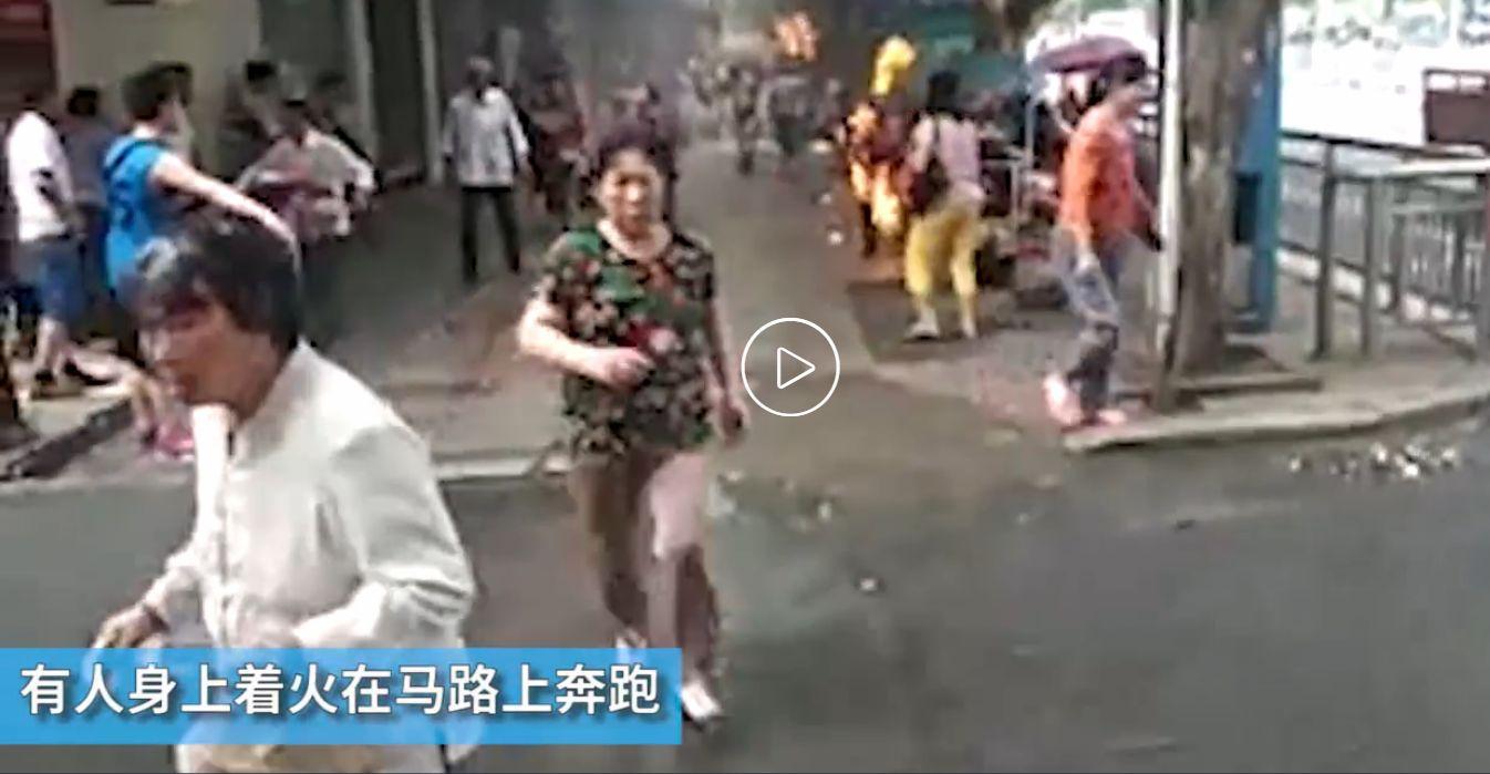 6月19日,湖南永州市冷水灘區零陵中路的一變壓器發生爆炸起火,導致路人1死7傷。(網絡圖片)