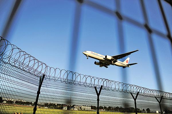 為嚴防官員與資金外逃,北京當局下令在全國範圍內,嚴控公務員和國企幹部出境。圖為北京首都機場一景。(AFP)