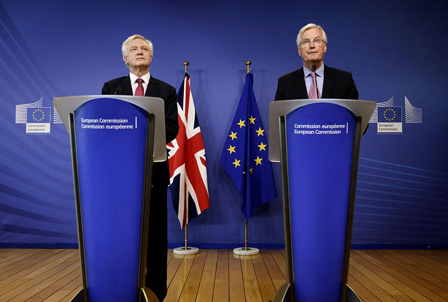 英國脫歐大臣戴德偉(David Davis)(左)與歐盟首席談判專員巴尼耶(Michel Barnier)(右),昨日舉行首次脫歐談判,會談預料進行7小時,其後將舉行聯合記者會。(Getty Images)