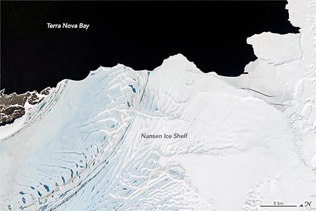 2013年,NASA科學家拍攝到的南森冰架上的小裂縫。