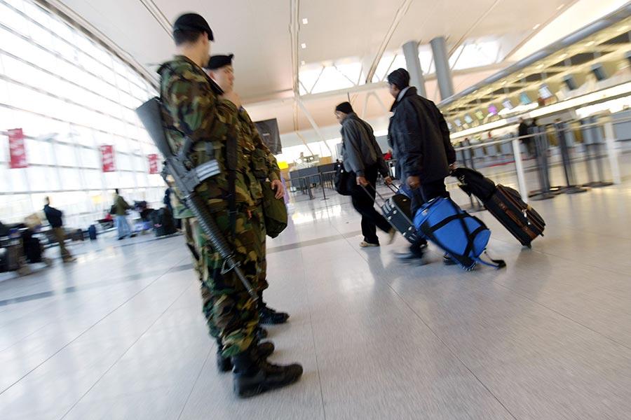 針對北韓自稱三名外交代表的行李被美國強行沒收的指控,6月18日,美國國土安全部回應說,三名涉事北韓公民並非駐聯合國代表團成員,他們攜帶的文件和行李不受外交豁免權保護,必須接受檢查。圖為紐約甘迺迪國際機場。(Spencer Platt/Getty Images)