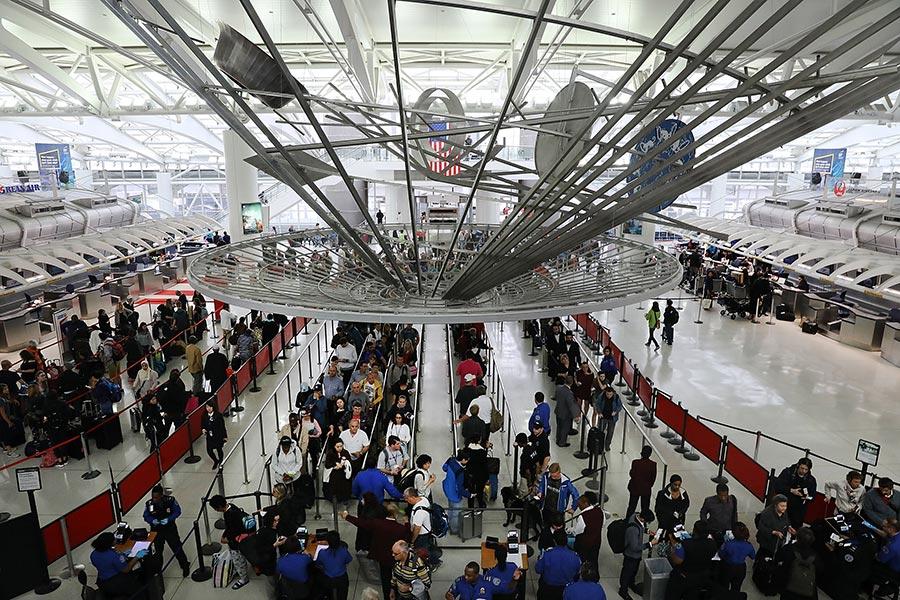 三名北韓人6月16日在紐約甘迺迪國際機場遭到國土安全部人員攔截,被拒絕登機,他們的行李被沒收。(Spencer Platt/Getty Images)