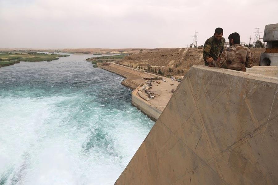 5月,美軍支持的SDF拿下塔布卡(Tabqa)與最大水壩的控制權。(DELIL SOULEIMAN/AFP/Getty Images)