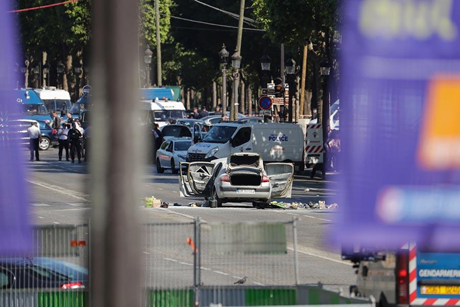 法國時間周一(6月19日)下午在巴黎著名的香榭麗舍大街,一名男子開著一輛裝有武器和爆炸物的車子撞向警車,男子的車起火,他被警方抓捕後證實死亡。(THOMAS SAMSON/AFP/Getty Images)