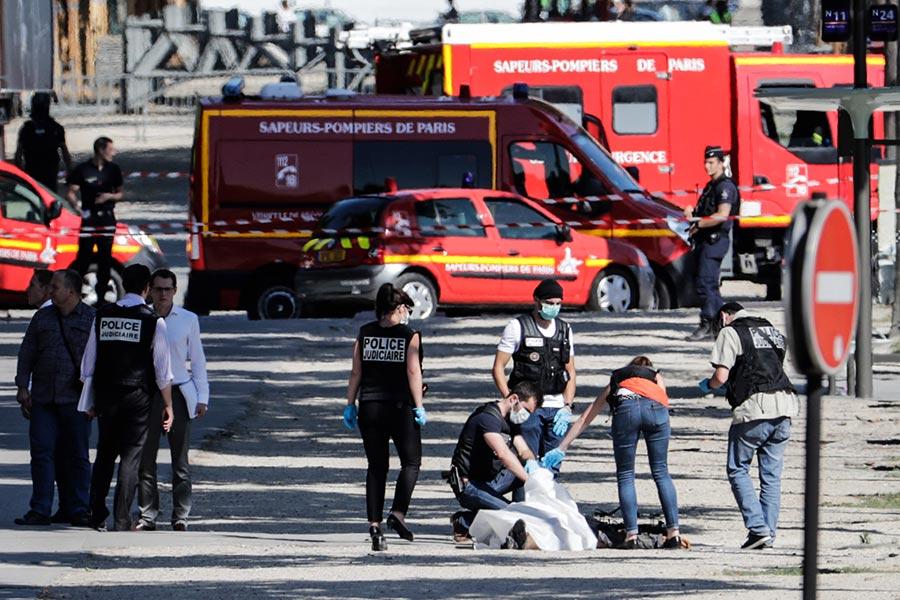 疑犯在事發後躺在地上,警方證實疑犯已死亡。(THOMAS SAMSON/AFP/Getty Images)