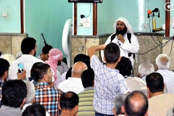 美軍擊斃了伊斯蘭國的「首席牧師」比納利(Turki al-Bin'ali)。比納利是極端主義思想的積極傳播者,給極端份子在全球的血腥屠殺提供「宗教依據」。圖為比納利在給信徒洗腦。(網絡圖片)
