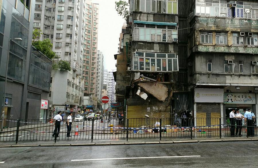 紅磡一棟7層高的唐樓二樓露台倒塌。(Ming Ming So/「香港突發事故報料區」群組)