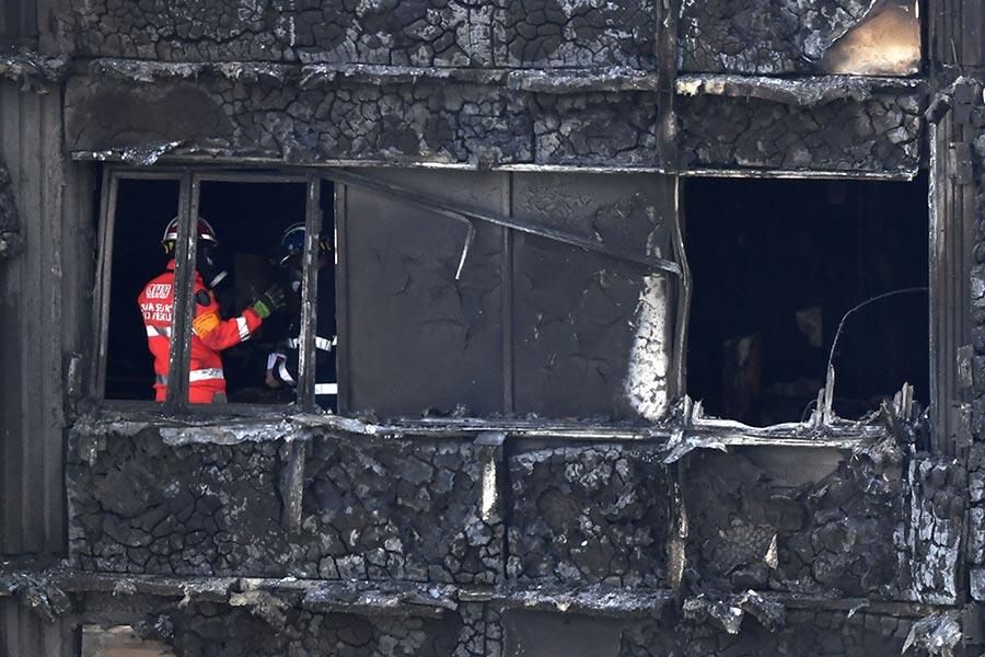 格倫費爾大廈大火後第三天,消防員繼續在樓裏尋找屍體,很多屍體已經無法辨認身份。該大樓有24層。(CHRIS J RATCLIFFE/AFP/Getty Images)