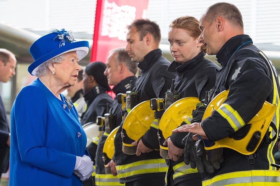 6月16日,倫敦大火後的第三天,英女皇接見消防員和醫護人員。大火死亡人數達到79人。(Dominic Lipinski – WPA Pool /Getty Images)
