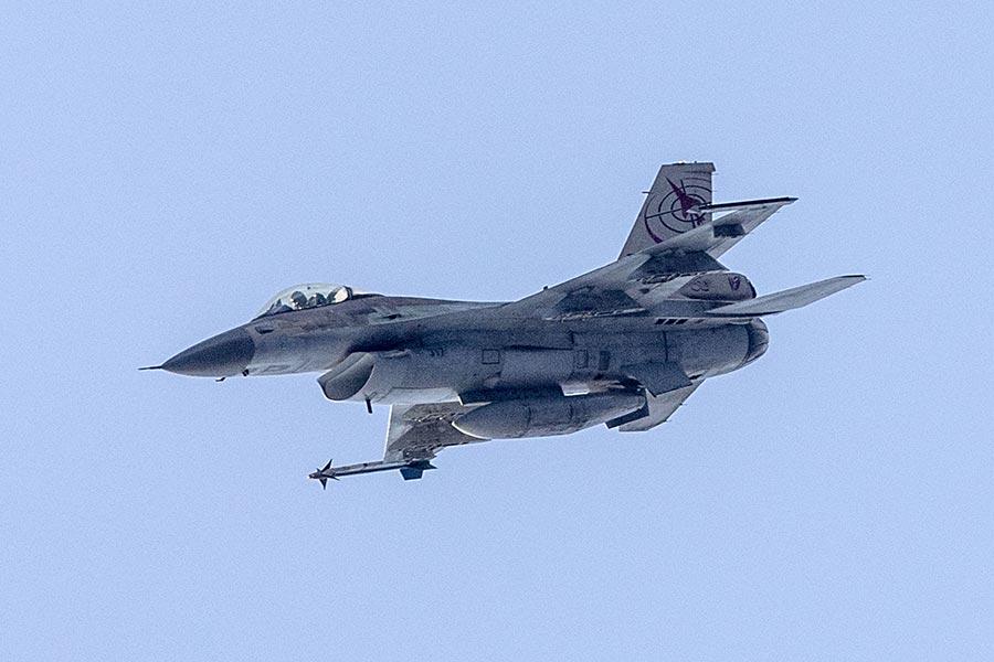 一架F−16戰機周三(6月21日)從侯斯頓空軍基地起飛時墜毀,促使當局疏散一英里以內的人員。圖為同型號的F-16戰機。(JACK GUEZ/AFP/Getty Images)
