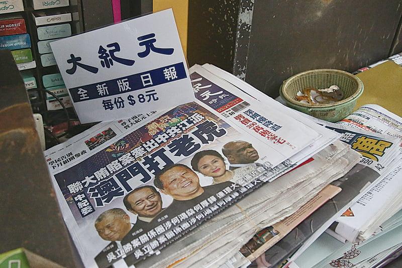 《大紀元時報》第一日上架售賣,全港各區都可買到,有報攤首日即告售罄。(余鋼/大紀元)
