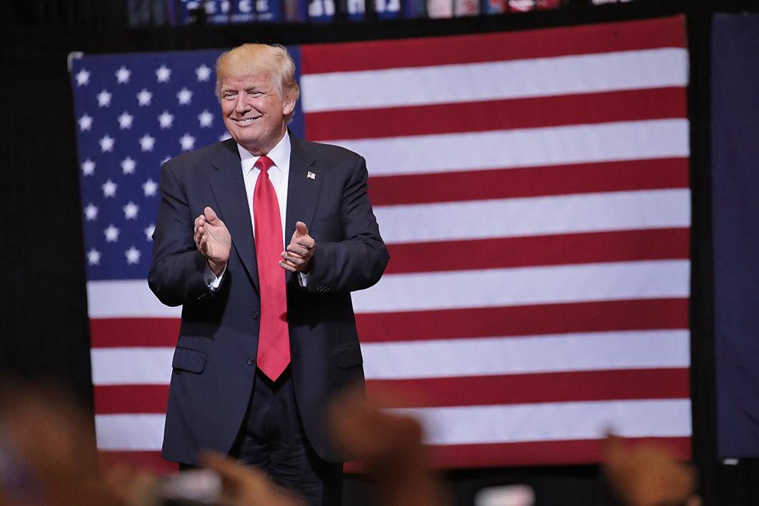 美國總統特朗普21日晚在愛荷華州工商業城市Cedar Rapids發表集會演講。(Getty Images)
