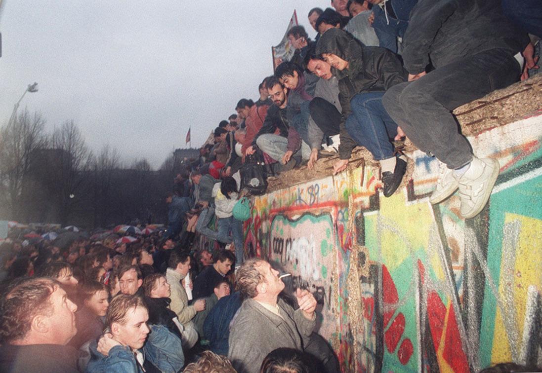 1989年12月22日,柏林牆開始被拆除,西德民眾迎接翻牆前來投奔自由世界的東德民眾。(AFP)