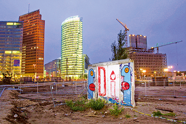 留存下來的幾片柏林牆,在波茨坦廣場上見證著東、西德的分合與經濟發展。(Getty Images)