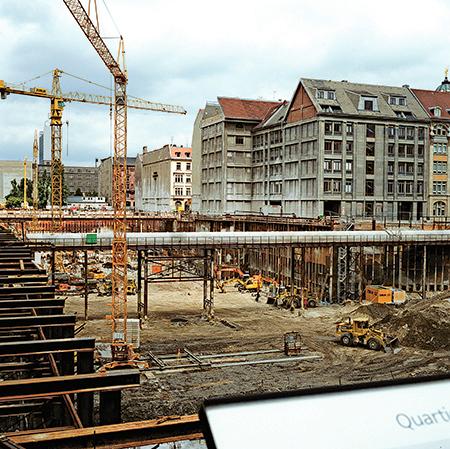 東、西德合併後,西德政府投入巨大資金來維修東德留下的爛攤子,尤其是柏林為遷都大興土木。整個東柏林如同一個巨大的建築工地。圖為1993年的柏林。(Getty Images)