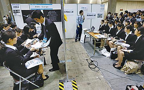 因人手不足,有日本公司開始向外國人招手,並專請同是外國人的公司職員做職業培訓等,想盡辦法留住員工。(Getty Images)