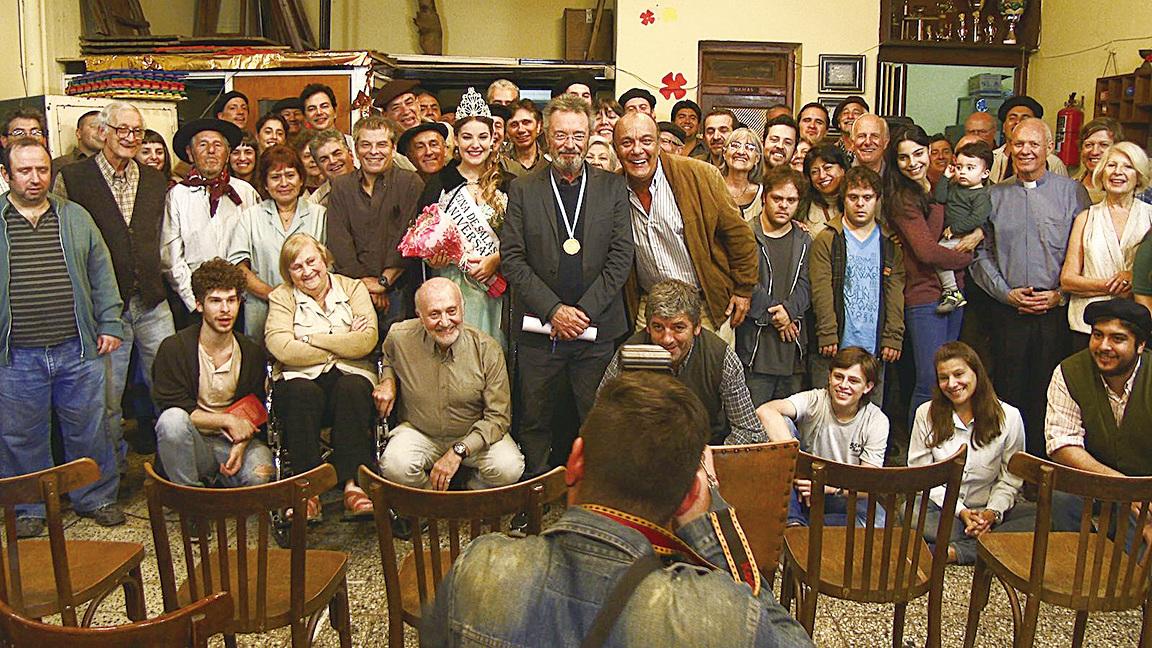 諾貝爾獎得獎文豪初抵老家,獲村民熱情迎接。(網絡圖片)