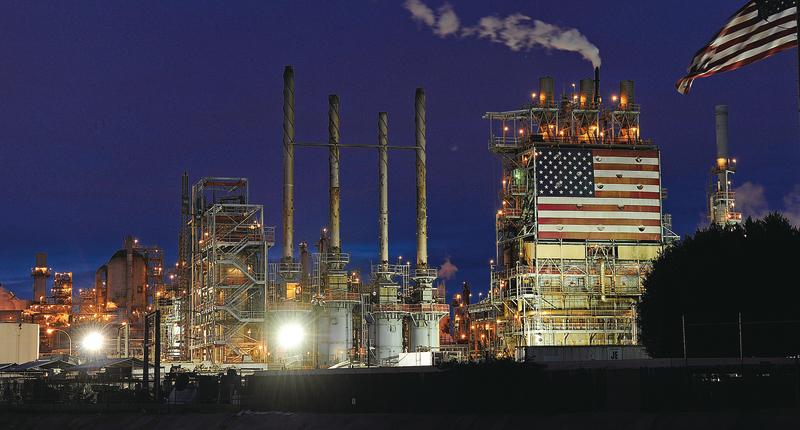 據能源觀察機構國際能源署(IEA)統計的石油供需數據,每日有80萬桶石油供應下落不明。有分析稱,這些石油可能去了中國。圖為加州英國石油公司卡森煉油廠。(AFP)