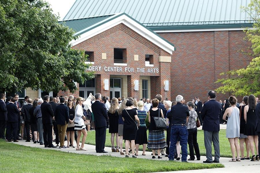 美國大學生奧托・瓦姆比爾(Otto Warmbier)從北韓返國不到一周,於6月19日去世。他的葬禮於周四(6月22日)在俄亥俄州懷俄明高中禮堂舉行,約2500人參加葬禮。(Bill Pugliano/Getty Images)