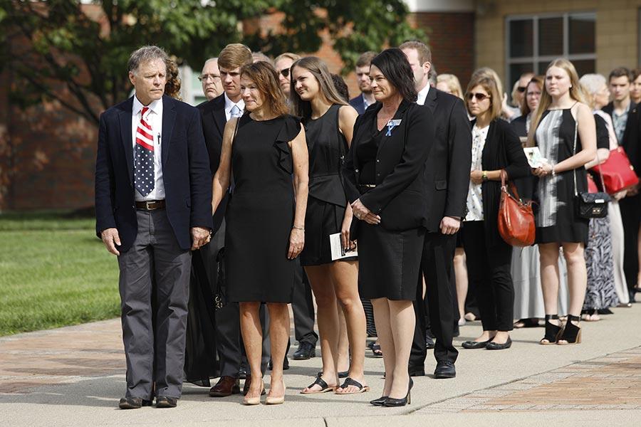 瓦姆比爾的父母目視兒子的棺木經過。(Bill Pugliano/Getty Images)