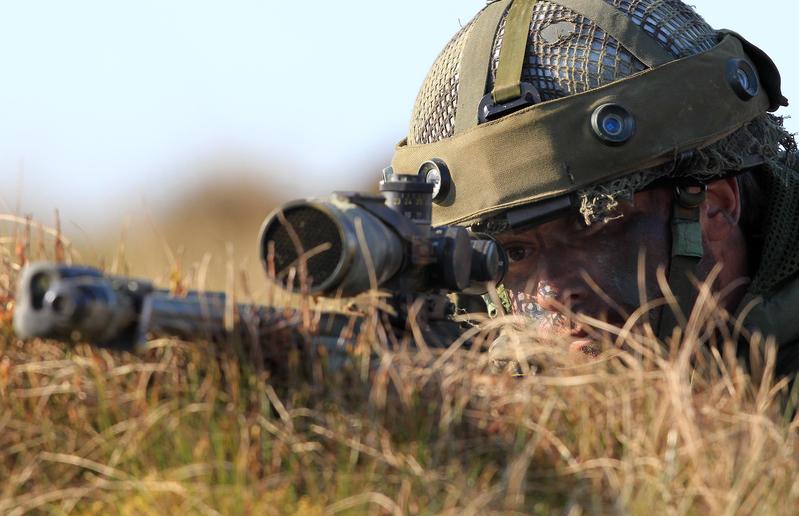 加拿大一名在伊拉克打擊伊斯蘭國(IS)的精銳部隊狙擊手遠在3450米外,一槍擊斃IS武裝份子,打破紀錄。圖為狙擊手示意圖。(PETER MUHLY/AFP)