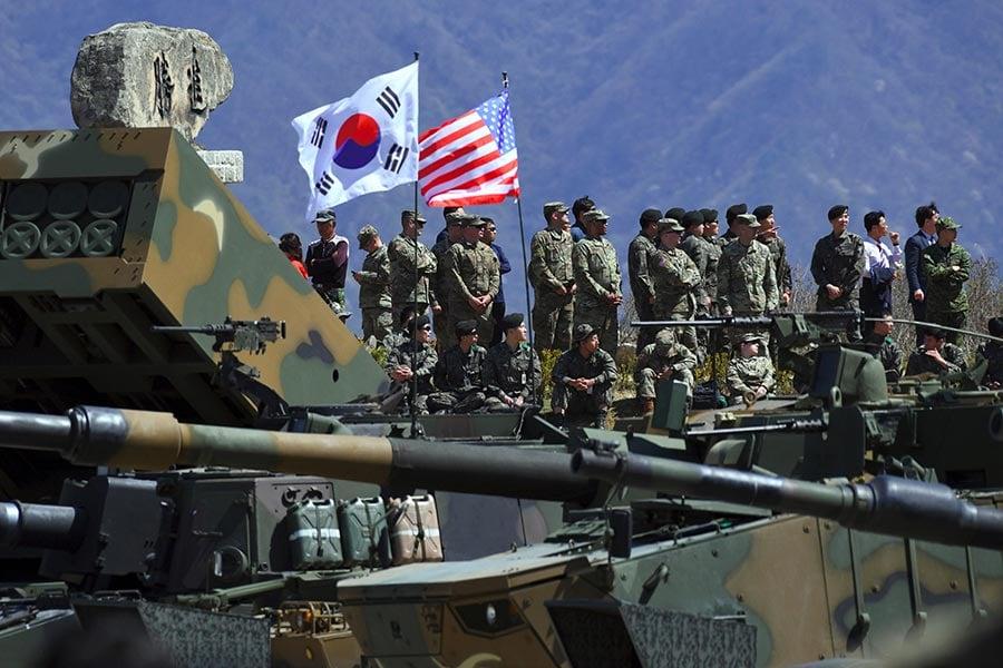 圖為今年4月26日的一次在南韓首爾東北65公里處舉行的美韓聯合軍演。(JUNG YEON-JE/AFP/Getty Images)