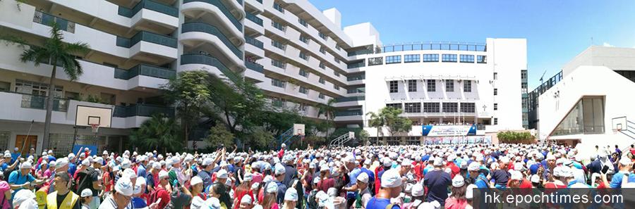 逾2500「英華人」齊戴泳帽。(市民提供)