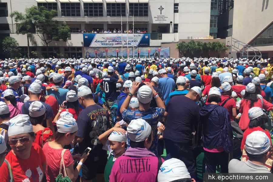 逾2500「英華人」齊戴泳帽,現場氣氛熱烈。(市民提供)