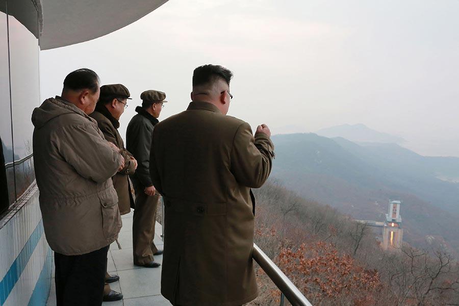 圖為今年3月19日朝中社發佈的一張新聞圖片,顯示北韓領導人金正恩(右)正在觀察一個火箭引擎測試。(STR/AFP/Getty Images)