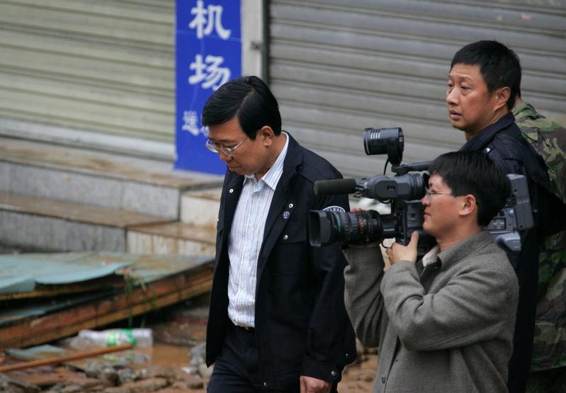 2008年5月13日,成都市委書記李春城在四川都江堰重災點之一新建小學震後現場。(大紀元資料室)